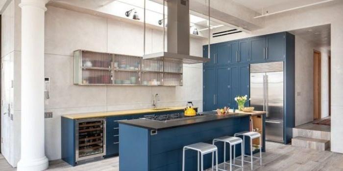 petrol farbe kombinieren, möbel ideen für die küche, küchengestaltung ideen, schränke und kochinsel in dunkelblau, petrolnuancen