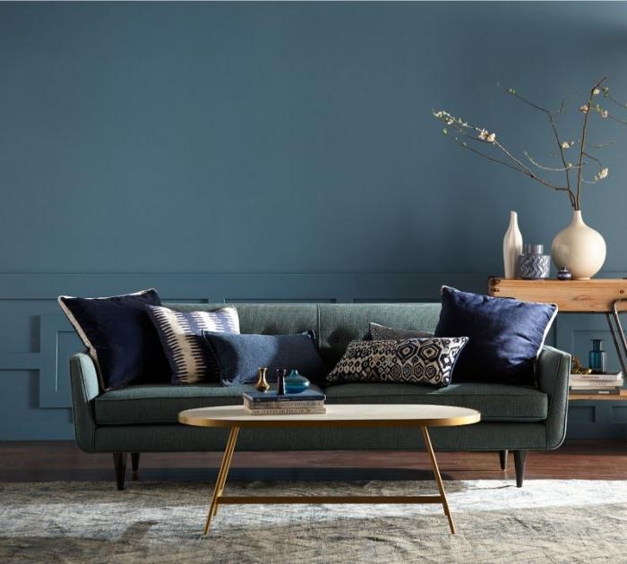 petrol farbe kombinieren, petrolwand, sofa mit kissen, dekor ideen, kleiner kaffeetisch mit vasen darauf