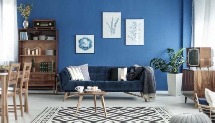 petrol farbe kombinieren, blaue wand, wandgestaltung, ideen wandbilder weiß und blau, teppich