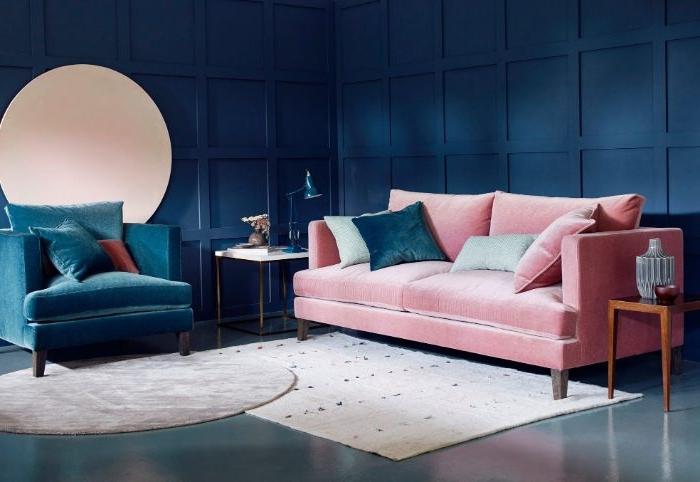 petrol farbe kombinieren, wanddeko wandfarbe petrol mit blauen nuancen, rosa sofa , spiegel