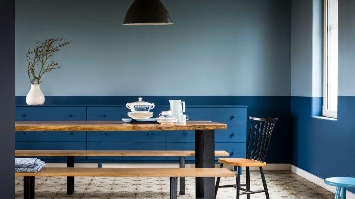 petrol farbe wohnzimmer, wanddeko, wandgestaltung ideen, eine lampe schwarz, tisch mit bank alles aus holz