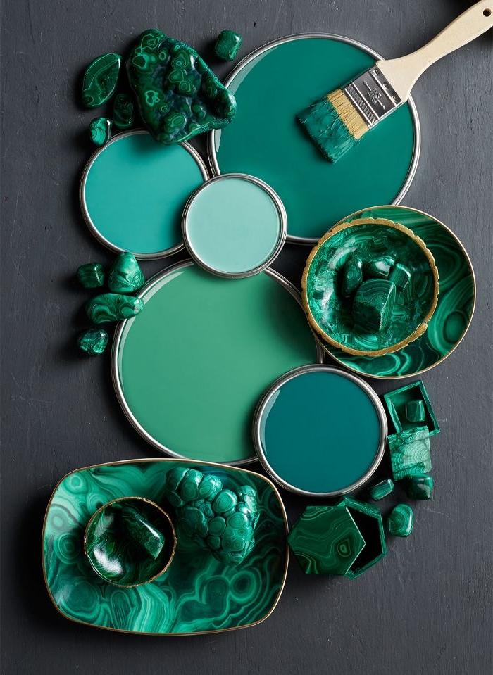 petrol farbe ideen und nuancen, grüngrau, blaugrau, teller und ein pinsel, grüne steine