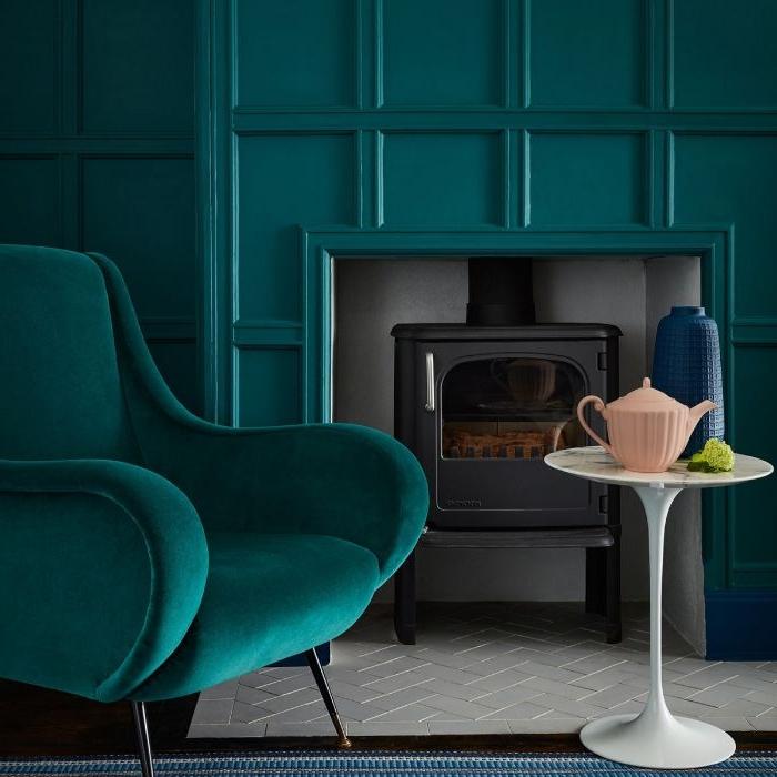 petrol farbe gesättigte gestaltung, interieur in dunklen farben, wandgestaltung und sessel mit kaffeetisch