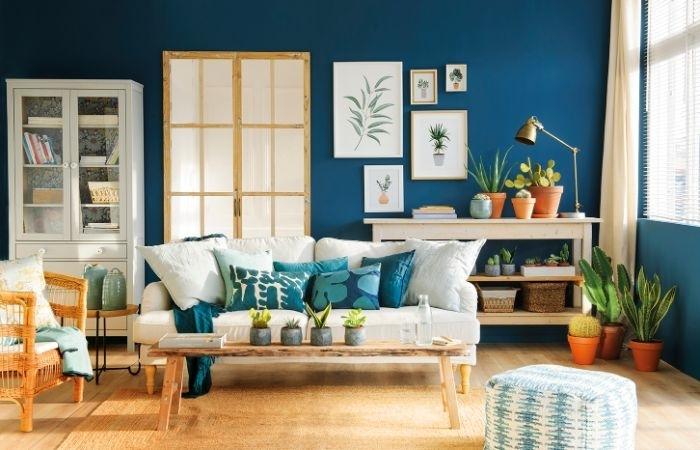 petrol farbe wohnzimmer gestaltungsideen, dunkelblaue wand, petrolwand petrolkissen, sofa, weißes sofa