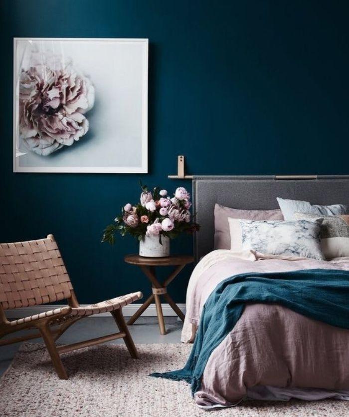 petrol farbe wohnzimmer, wanddeko, wandfarbe petrol, weißes wandbild mit einer blume lila und weiß