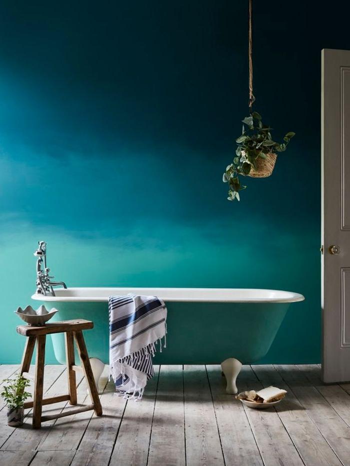 farbe petrol im bad, eine badewanne im vordergrund ein hocker und topfpflnze, türkis und petrolfarbene wand