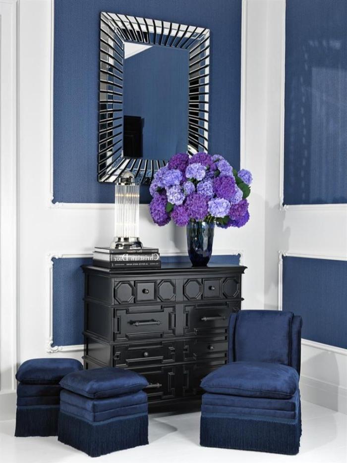petrol farbe wand, blaue petrolnuance, vase mit lla und blau blumen, schwarzer schrank