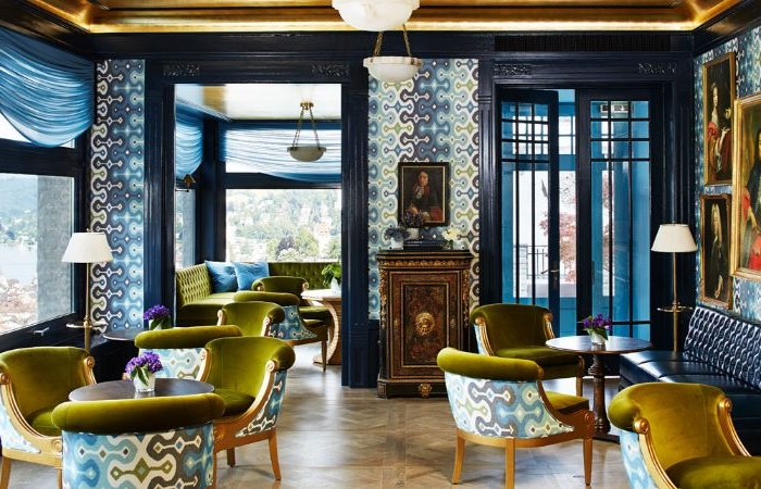 petrol farbe wand, dunkle farben in kombination mit hellen dekorationen im interieur, gut beleuchtetes zimmer