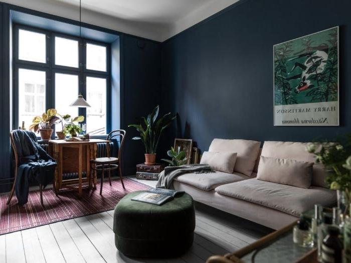 petrol farbe wohnzimmer deko und gestaltung, dunkelgrüner hocker, ein helles zimmer mit dunklen möbeln