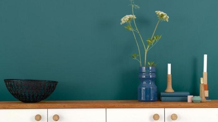 petrol farbe wohnzimmer, wandgestaltung ideen wanddeko blaue vase schwarze schüssel, kerzen weiß