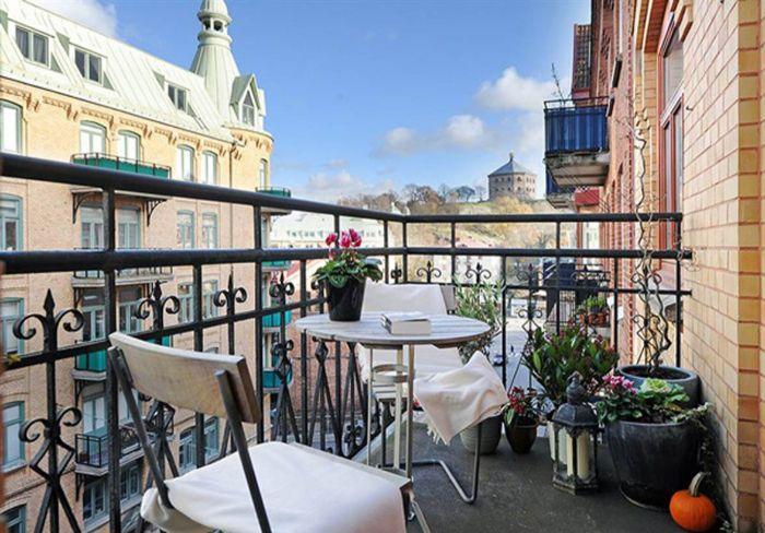 möbel für kleinen balkon, weiße möbelideen, graue terrasse, kleiner runder tisch kaffeetisch