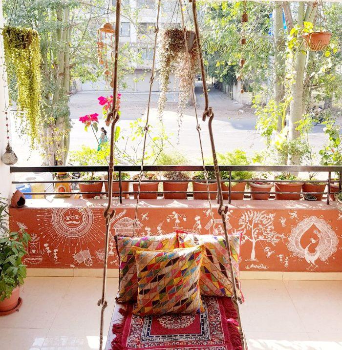 möbel für kleinen balkon, bunte balkongestaltung in gesättigten und krassen farben rot orange, deko ideen und pflanzen für wohnung