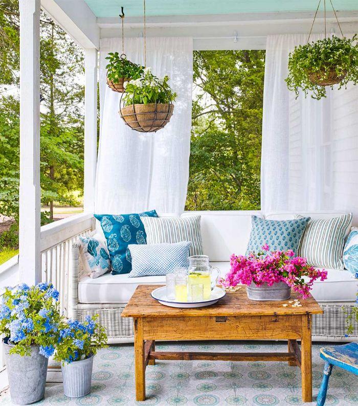 möbel für kleinen balkon, shabby deko ideen veranda, terrasse, weiße möbel, lila und blau deko