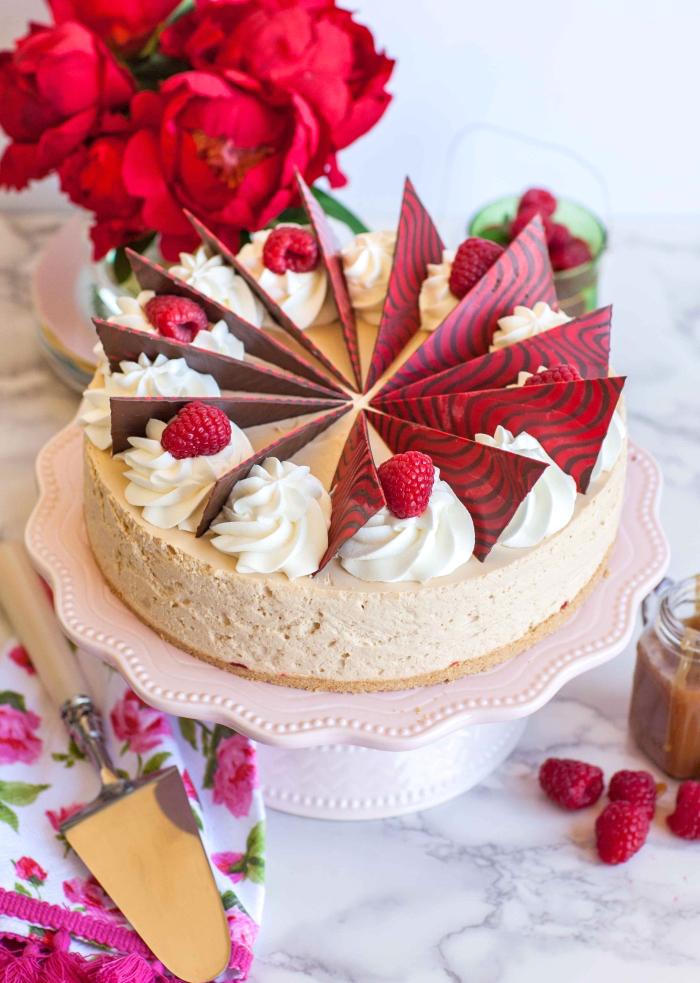 geburtstagskuchen dekoriert mit vanillesahne, himbeeren und schokolade, philadelphia torte himbeer