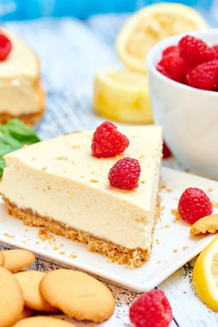cheesecake mit joghurt und keksen garniert mit himbeeren, philadelphia torte ohne backen, zitronen