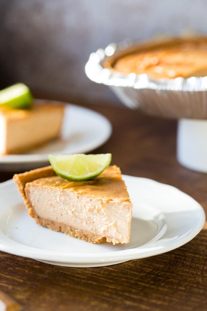 philadelphia torte ohne backen, frischkäsekuchen mit erdnussbutter garniert mit limetten