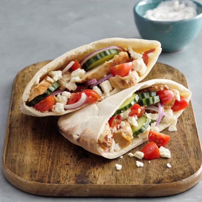 picknick essen, einfache rezepte, tortillas mit ziegenkäse, cherry tomaten und hühnerfleisch