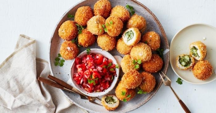 picknick rezepte, kroketten mit füllung aus spinat und käse serviert mit tomaten salaza