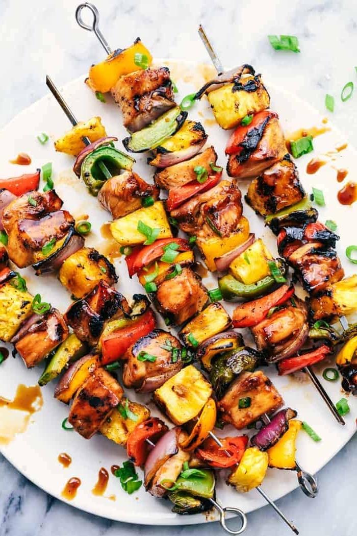 picknick rezepte, spieße mit hühnerfleisch, kartoffeln, paprikas und zweibel garniert mit soja soße