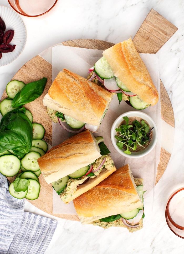 picknick snacks, schnelle sandwiches mit fleisch und gemüse, frischer basilikum, picknickrezepte