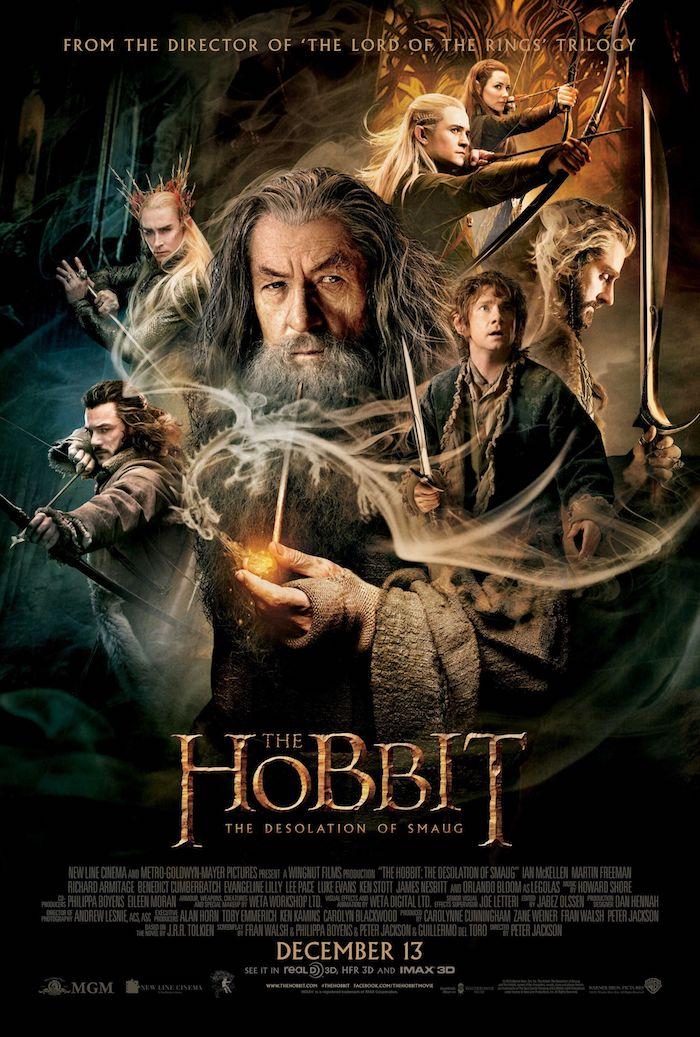 poster für den the hobbit film mit dem zauberer gandalf mit grauem bart, drei elfen, bilbo und thorin mit einem schwert