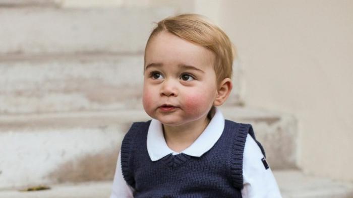 der kleine Prinz als er noch ein Baby war, er trägt ein blauer Pullover und ein weißes Hemdchen