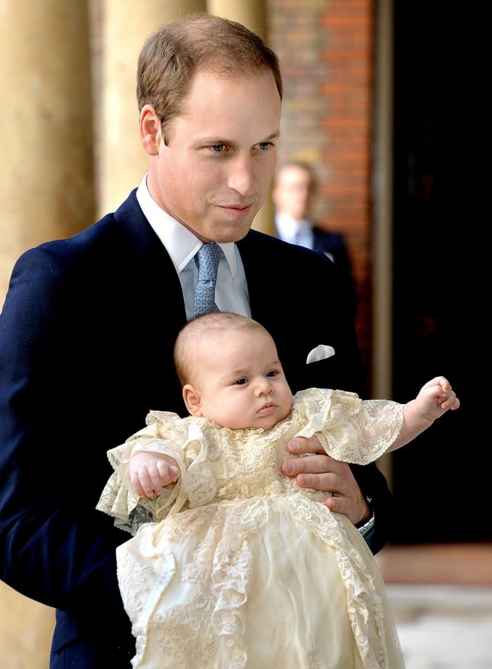 zwei Prinzen Prinz William und Prinz George bei seiner Taufe, mit einem gelben Gewände