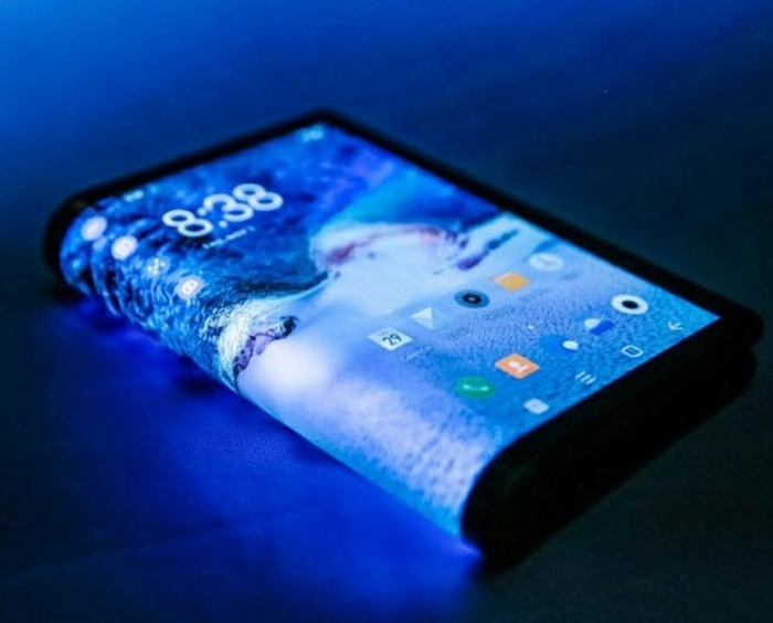 Samsung Galaxy Fold, gefaltet wie ein Buch mit einem blauen Hintergrund