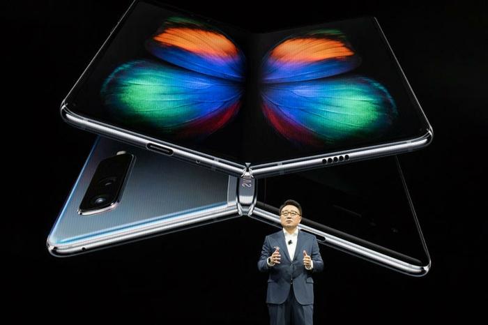 ein faltbares Handy mit einem bunten Schmetterling und der CEO von Samsung, Samsung Galaxy Fold