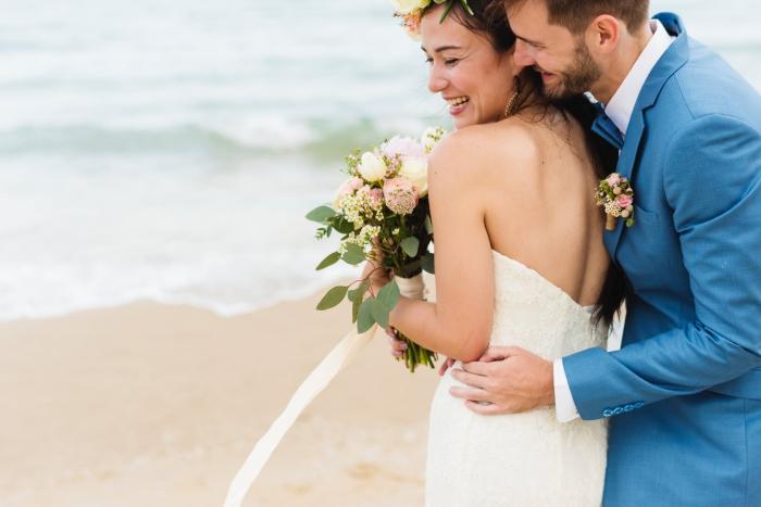 save the date karten hochzeit, hochzeitseinladungen auswählen, braut und bräutigam, blauer anzug, heiraten am strand