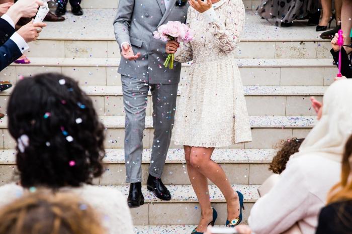 save the date karten für hochzeit, braut und bräutigam, kurzes hochzeitskleid mit spitze, grauer anzug