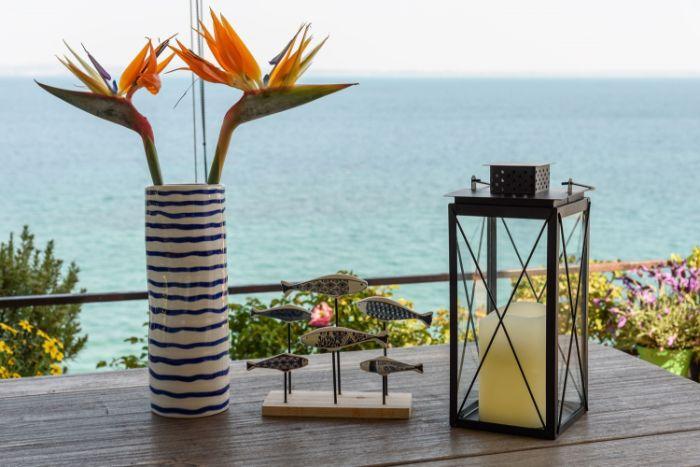 balkon bepflanzen ideen, dezente deko elemente auf dem tisch, terrassenpflanzen und kerzen