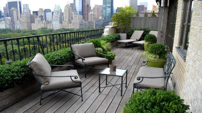 balkon bepflanzen ideen, deko ideen grauer balkon mit grünen pflanzen, urban garden