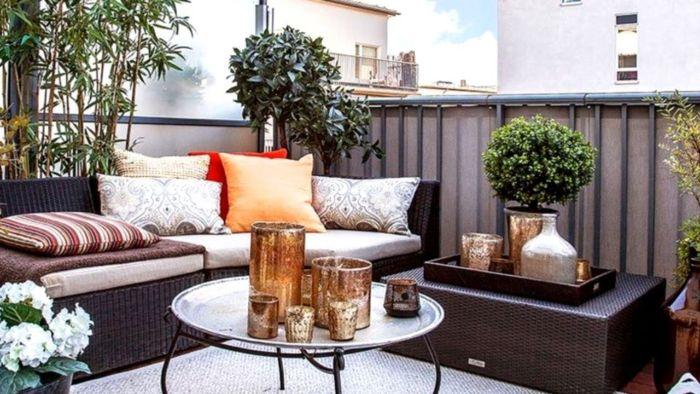 balkon bepflanzen ideen, deko in kupfer auf dem tisch, inspo vom süden und osten