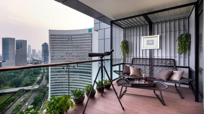 schöne balkone, grauer urban balkon, stadt deko kleiner garten in der wohnung, grüne pflanzen und basilikum
