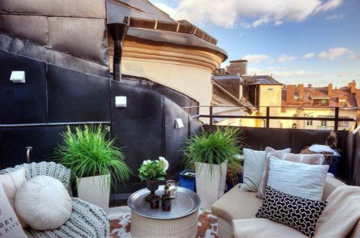 balkon bepflanzen ideen, deko weiß und schwarz, terrasse auf dem dach eines hauses