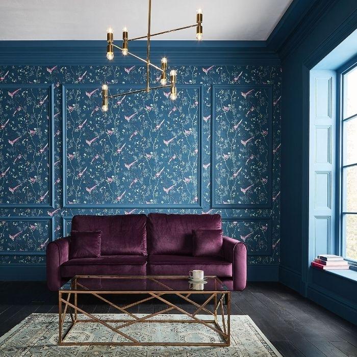 petrol farbe wohnzimmer, ein zimmer mit vielem natürlichen licht, lila samtsofa, dunkle petrolfarbene wand, moderne möbel lüster und tisch