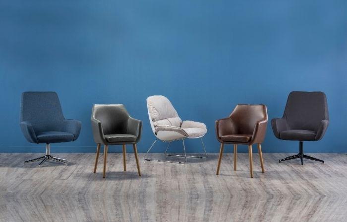petrol farbe wohnzimmer, blaue wand bunte stühle als mübel dazu, petrolfarbene möbel