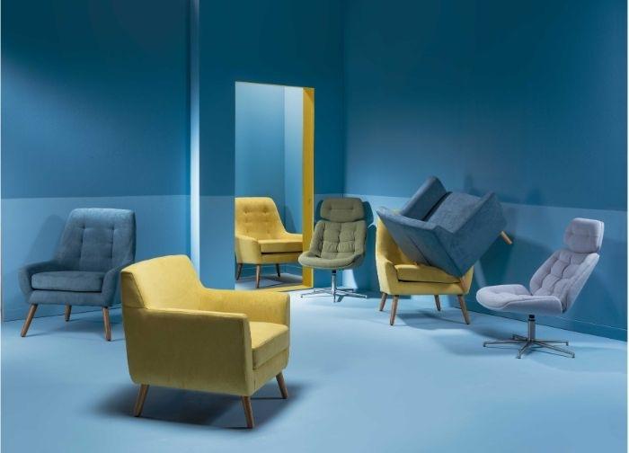 petrol farbe wohnzimmer, blaues zimmer, zimmergestaltung ideen, gelber sessel, blaue sessel