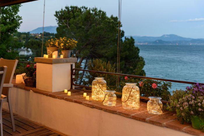 möbel für kleinen balkon, romantisch einrichten, deko ideen, kerzen zum verschönern