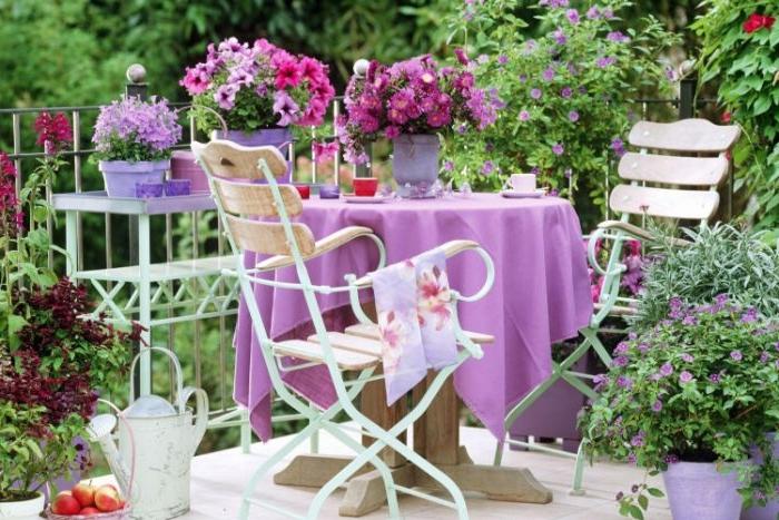 möbel für kleinen balkon, lila balkongestaltung deko ideen zum inspirieren, blumen und tischdecke