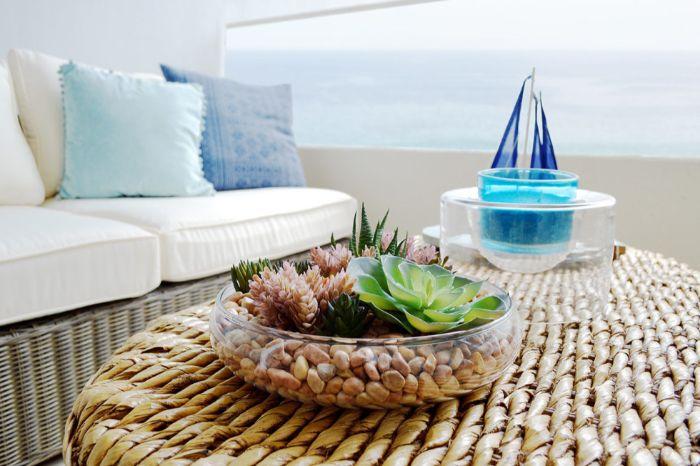 möbel für kleinen balkon, rattanmöbel ideen deko auf dem tisch, blaue deko ideen, sofa möbel