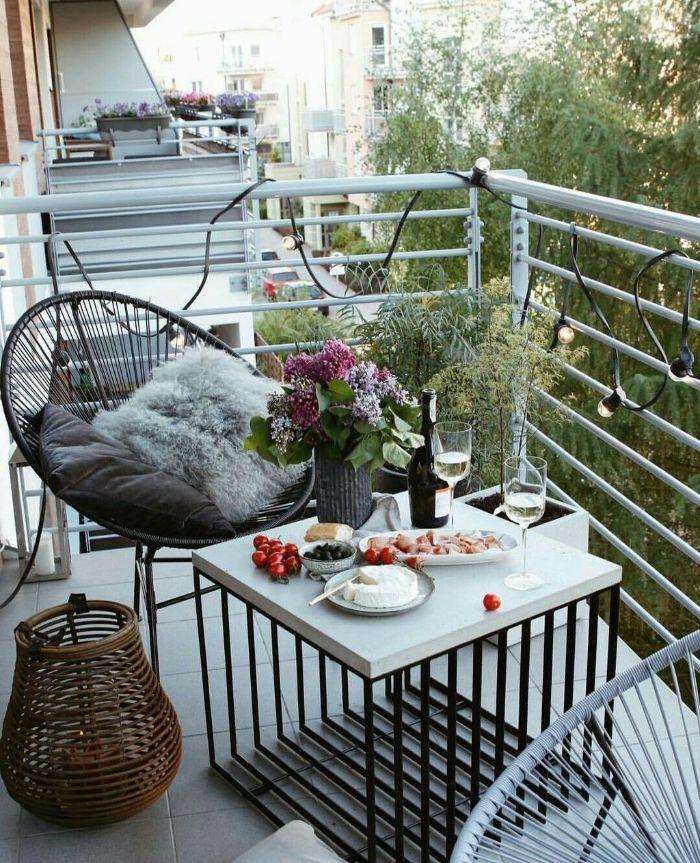 balkon bepflanzen ideen, moderne gestaltung vom balkon mit ethno elemente, lampe geflochten, details, fell, pelz