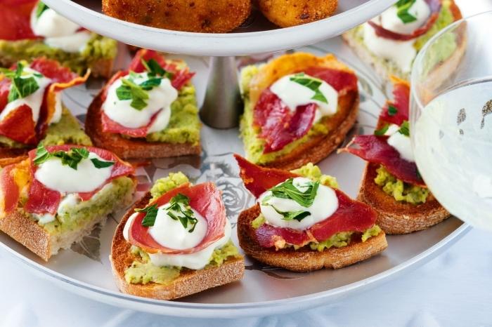 schnelle fingerfood rezepte, bruschettas mit avocado, cremesoße und fleisch, partyessen