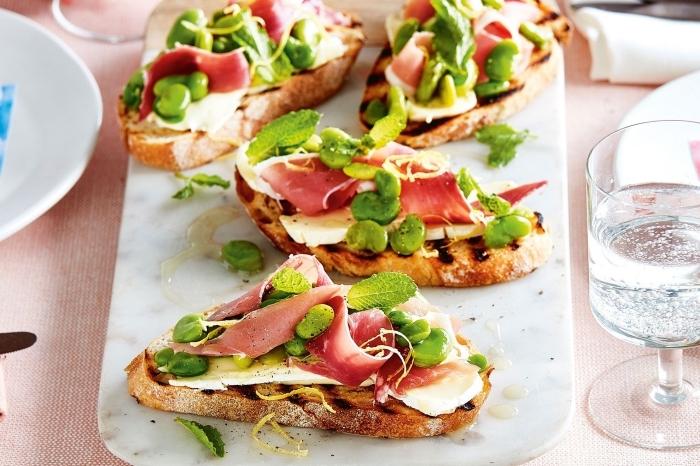 schnelle fingerfood rezepte, bruschettas mit prociutto, käse und grünen bohnen garniert mit pfefferminze