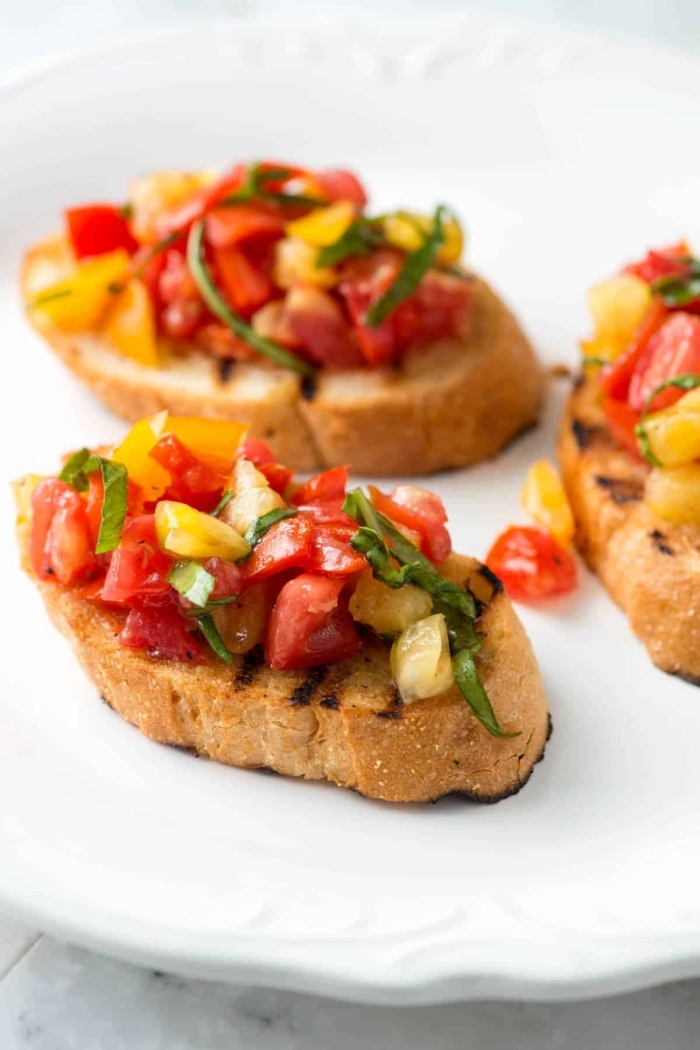 schnelle fingerfood rezepte für party, bruschettas mit gelben und roten cherry tomaten