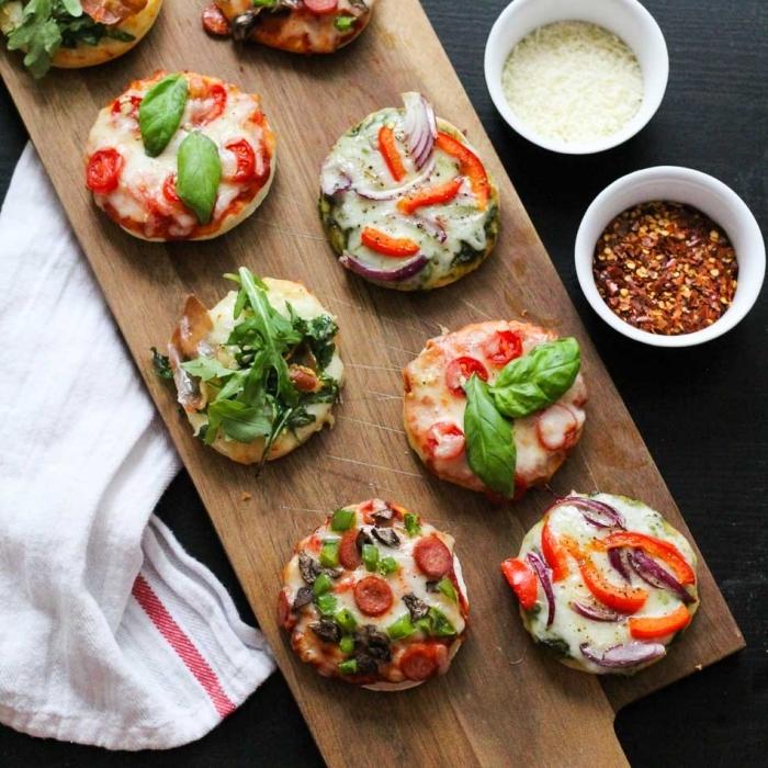 einfache snacks, mini pizzas mit verschiedenen zutaten, schnelle fingerfood rezepte für party