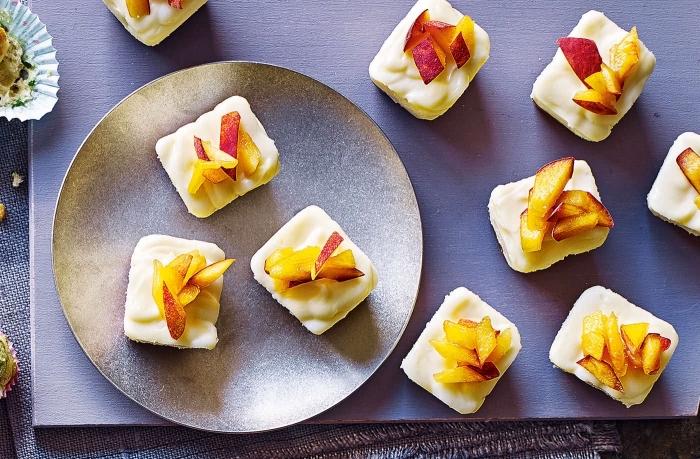 party essen, schnelle fingerfood rezepte für party, käse mit pfirsichen, gesunde snacks