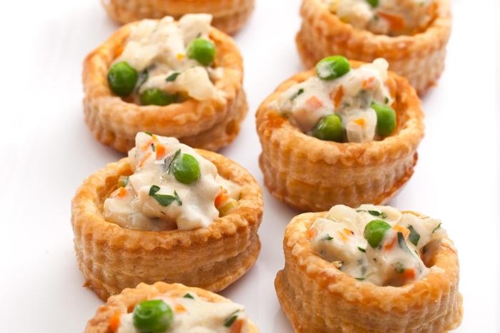 schnelle fingerfood rezepte für party, mini pies mit käse, hühnerfleisch und grünen bohnen