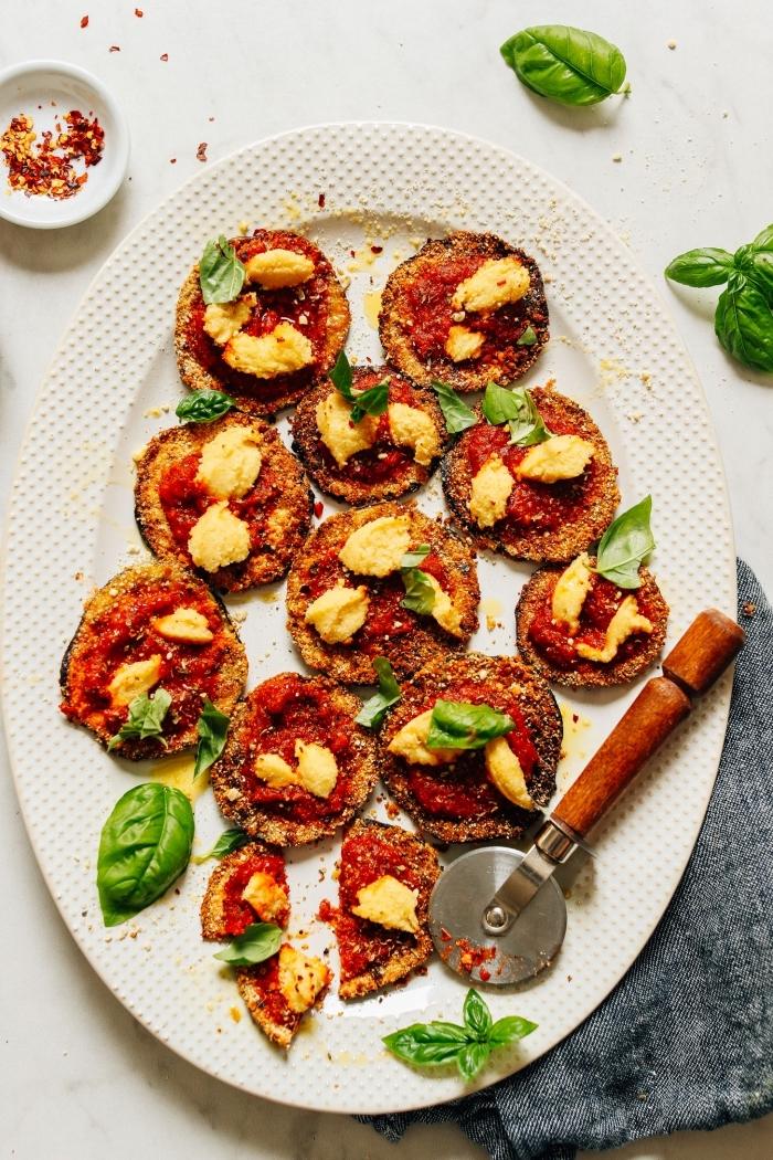 schnelle fingerfood rezepte für party, mini pizzas, häppchen aus auberginen, tomatensoße und kräutern